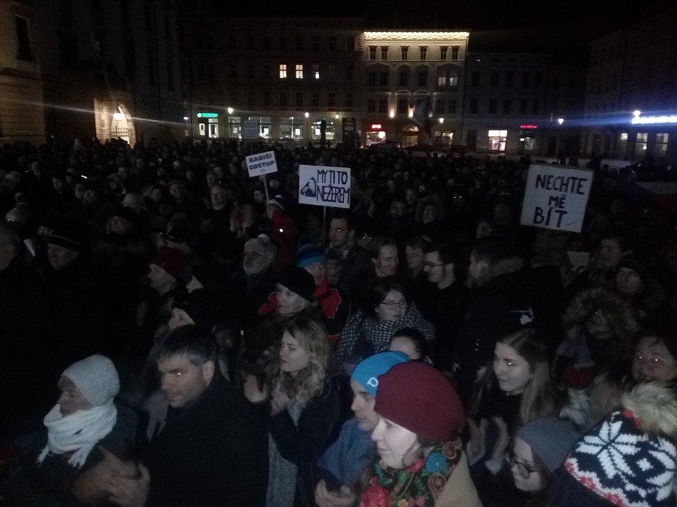 Protest u Trojice. Stovky lidí v pondělí v Olomouci na Horním náměstí vyjádřily nesouhlas se zvolením Zdeňka Ondráčka do čela komise. Foto: Deník/Jiří Kopáč
