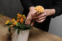 Pak aranžujte květy, začněte od větších a pevnějších, větviček a tvrdšího materiálu