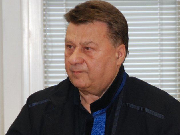 Expolicista, nyní advokát Josef Doucha, čerstvě obviněný z úplatkářství zastupuje jednoho z obžalovaných v případu rozsáhlých pojistných podvodů.