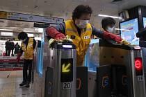Pracovníci dezinfikují prostory metra v jihokorejském Soulu na snímku ze 4. března 2020