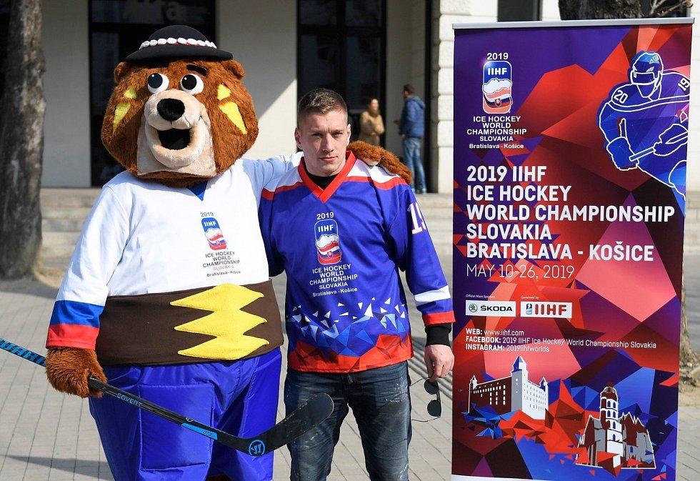 Maskot hokejového mistrovství světa v Bratislavě a Košicích 2019 - medvěd Macejko