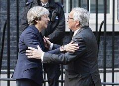 Úsměvy a objímání jen pro fotografy. Mayová s Junckerem se ještě mnohokrát střetnou kvůli brexitu a bude to zřejmě tvrdé.