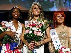 Vítězka soutěže krásy neslyšících Miss deaf world 2009 Diana Kovtun z Ukrajiny (uprostřed) s ostatními vítězkami, vlevo 1. vicemiss Simhiwe Magagula z Svazilska a vpravo 2. vicemiss Maria Baranova z Ruska