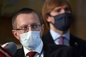 Zleva Ladislav Dušek, ředitel Ústavu zdravotnických informací a statistiky (ÚZIS) a ministr zdravotnictví Adam Vojtěch