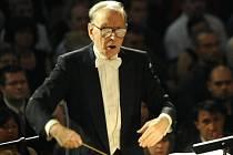 TENKRÁT V PRAZE. Italský skladatel a dirigent Ennio Morricone nepřijíždí do Čech poprvé. V červenci 2011 vystoupil v pražském Obecním domě.