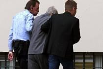 Německý soud dnes poslal na pět let do vězení bývalého dozorce z nacistického vyhlazovacího tábora v Osvětimi. Čtyřiadevadesátiletého Reinholda Hanninga shledal vinným z podílu na vraždě 170.000 lidí.