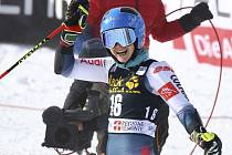 Francouzská lyžařka Clara Direzová oslavuje v cíli závodu Světového poháru v obřím slalomu v italském Sestriere.
