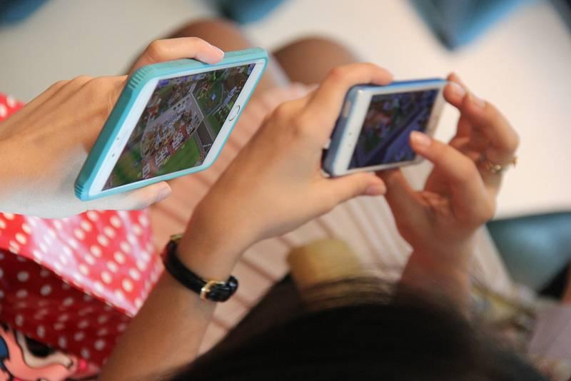 Ukazuje se, že děti tráví před displeji mobilů a obrazovkami počítačů výrazně více času než dospělí.