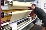 Při zahřátí na asi 220 stupnů se během dvaceti vteřin přenese motiv z papírového nosiče na textilii.