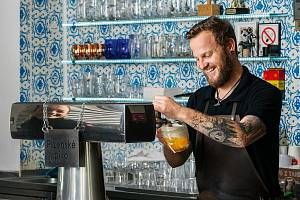 Tomáš Krčmář. Vítěz soutěže Pilsner Urquell Master Bartender o nejlepšího výčepního plzeňského piva. Na snímku v domácí pražské hospodě Lokál Hamburk