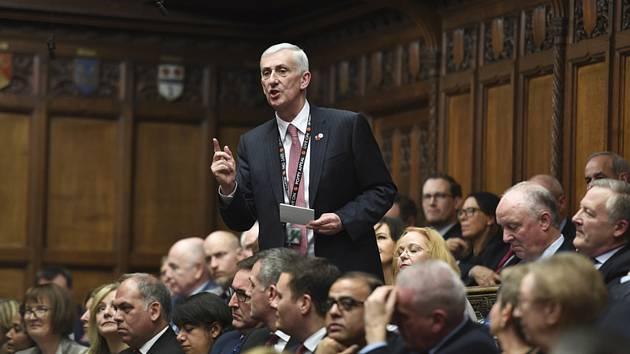Nový šéf dolní komory britského parlamentu a člen opozičních labouristů Lindsay Hoyle.