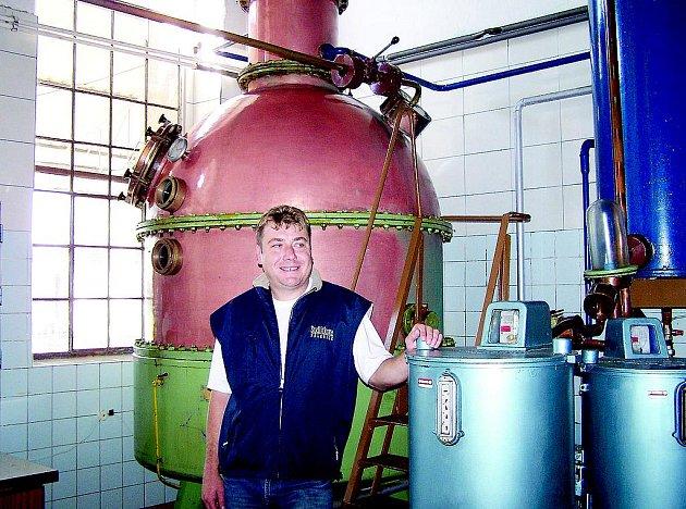 Vedoucí výroby Lihovaru Hrobice Tomáš Bouc u destilačního kotle.