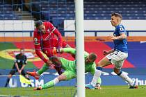 Zákrok gólmana Pickforda na Van Dijka z Liverpoolu.