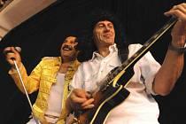 Michal Štelbaský alias Freddie Mercury vystupuje se svou revivalovou skupinou Princess, jejímž vzorem, jak pokorný název napovídá, je rocková legenda Queen. Zakládající člen skupiny Brian May v podání Pavla Zbořila je vpravo.
