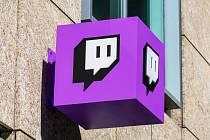 Logo Twitch v sídle společnosti v Silicon Valley. Twitch je platforma pro živé streamování videa, kterou vlastní Twitch Interactive, dceřiná společnost Amazonu.