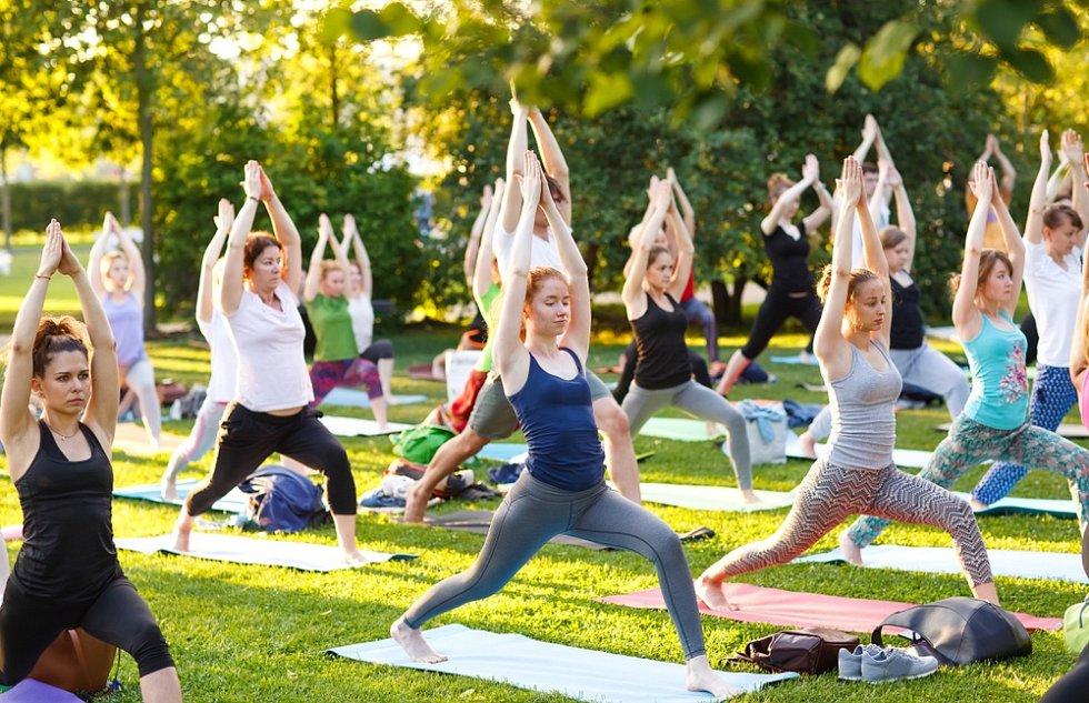 Lekce jógy jsou většinou skupinové. Pokud se jí ale chcete věnovat aktivně, bez domácí praxe se neobejdete.