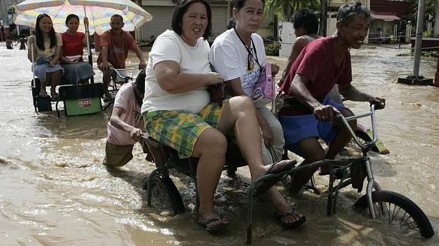 Obyvatelé města Sta. Cruz ve filipínské provincii Laguna čelí úderu tajfunu Mirinae.