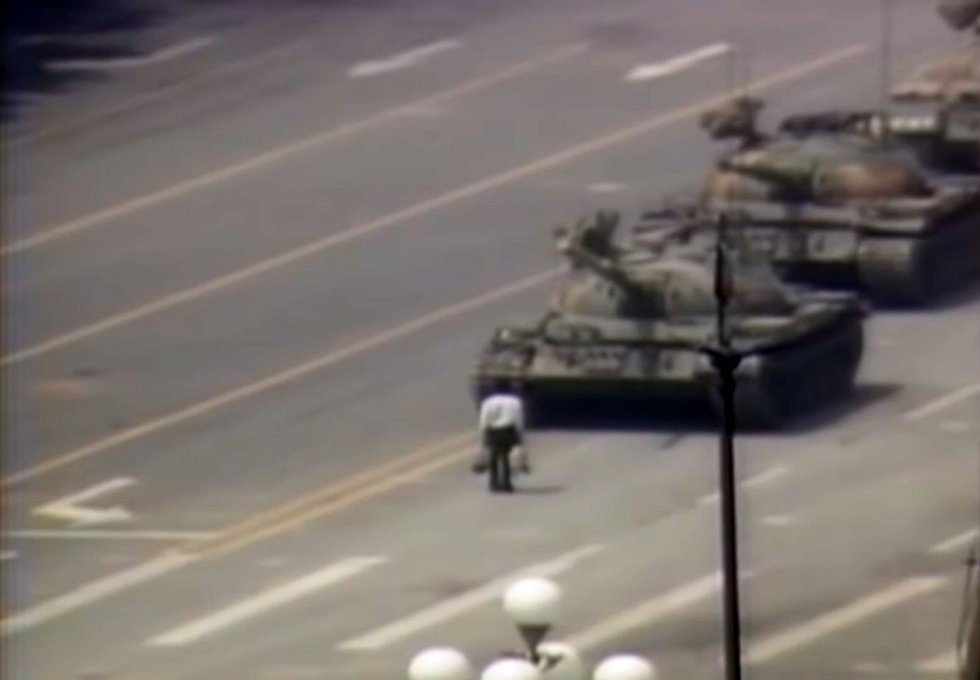 Symbolem masakru na Tchien-an-men se stal neznámý muž zastavující tanky
