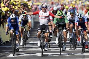 Australský cyklista Caleb Ewan (uprostřed) v cíli 16. etapy Tour de France