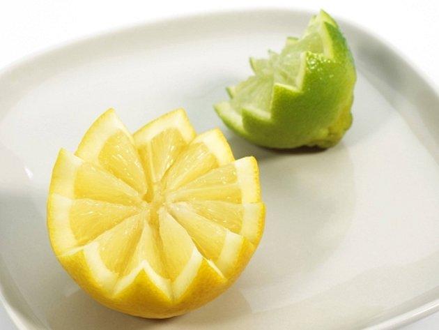 V čem najdete vitamin C? Například v šípku, citrusech, rajčatech, květáku nebo špenátu.