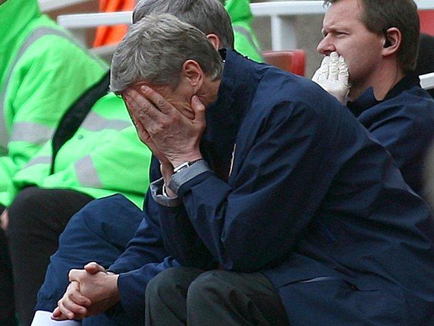 Arsene Wenger má ruce v dlaních. Jeho dny v Arsenalu jsou možná sečteny.