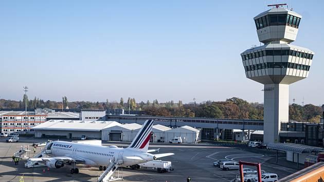 Letoun Airbus aerolinek Air France na berlínském letišti Tegel před odletem do Paříže, 8. listopadu 2020