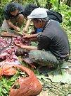 Polní kuchyně. Tradičním pokrmem pohřebních slavností je vepřové maso smíchané s bylinkami.