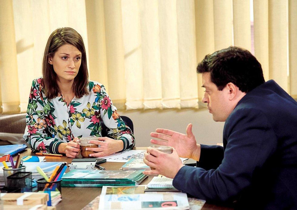 V seriálu Ulice představuje učitelku Magdu. Na snímku s učitelským kolegou Otou Puklickým, neboli hercem Filipem Rajmontem.
