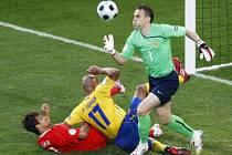 Ruský gólman Akinfejev zasahuje před Henrikem Larssonem.