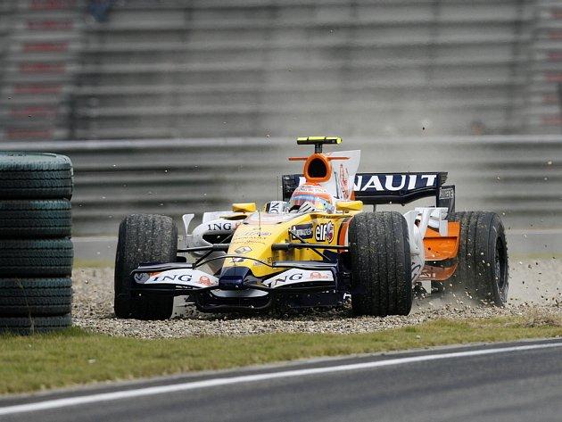 Nelson Piquet z Renaultu dostal v prvním tréninku na GP Číny v Šanghaji smyk v nájezdu do boxů.