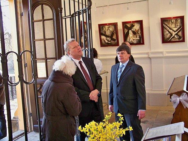 Ministr kultury Jiří Besser se byl podívat na Malé Skále. Prohlédl si dokumentaci ke zřícené zdi Pantheonu a navštívil kapli sv. Vavřince.