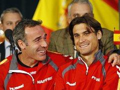 Kapitán Španělů Alex Corretja a David Ferrer.