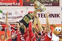MISTŘI. Obrovská euforie zavládla u nohejbalistů Karlových Varů. Otočili nepříznivý vývoj Superfinále a titul českých mistrů patří jim.