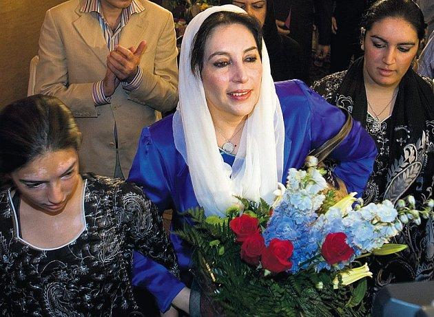NÁVRAT Z EXILU. Pákistánská opoziční vůdkyně Bénazir Bhuttová se vrací z dobrovolného exilu v Británii do vlasti, aby se ucházela o křeslo premiérky. Na snímku s dcerami Asifou a Bakahpavárou.