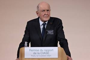 Jean-Marc Sauvé, předseda komise, která vyšetřovala zneužívání dětí francouzskou katolickou církví na tiskové konferenci 5. října 2021