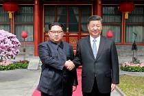 Čínský prezident Si Ťin-pching (vpravo) a severokorejský vůdce Kim Čong-un při setkání v Pekingu 27. března 2018.