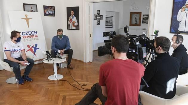 Předseda Českého olympijského výboru (ČOV) Jiří Kejval a sportovní ředitel ČOV Martin Doktor (vlevo) na briefingu ČOV 23. března 2020 v Praze.