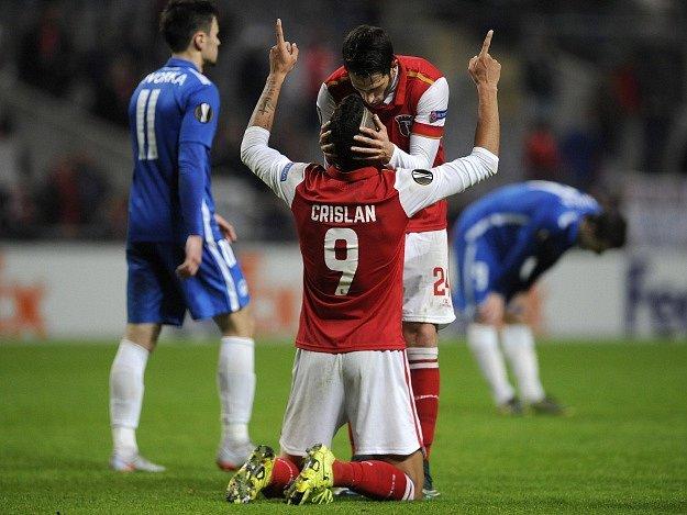 Crislan a Ricardo Ferreira se radují z těsného vítězství nad Libercem.