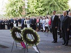 Pietními akcemi po celé zemi si dnes Norsko připomíná památku 77 obětí útoků extremisty Anderse Breivika, který před rokem zabil v Oslu a na ostrově Utöya 77 lidí.