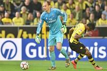 Brankář Hamburku Jaroslav Drobný (vlevo) nepustil za svá záda ani jednu střelu Dortmundu a mohl se radovat z výhry.