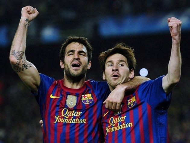 Kanonýři Barcelony Lionel Messi (vlevo) a Cesc Fabregas se radují z gólu.