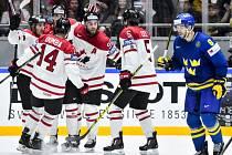 Hokejisté Kanady se radují z gólu proti Švédsku.