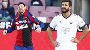 Fotbalista Barcelony Lionel Messi (vlevo) po vstřelení gólu v Pamploně v utkání 11. kola španělské ligy