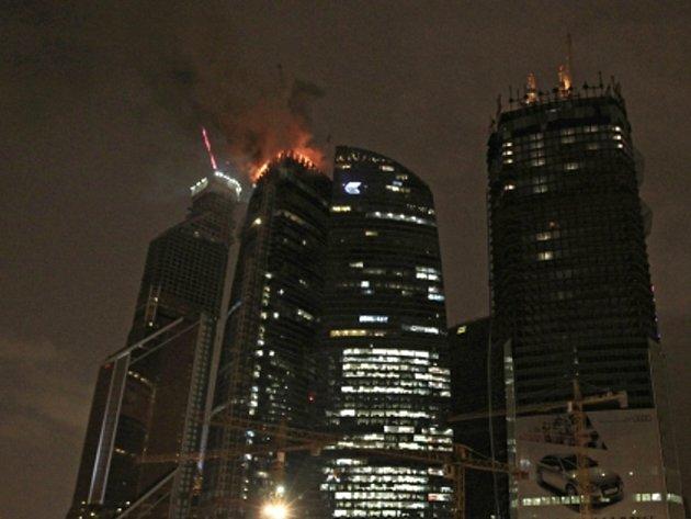 Na staveništi budoucího nejvyššího mrakodrapu Evropy v Moskvě dnes propukl požár.