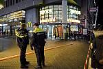 Nizozemští policisté u místa útoku nožem na haagském nákupním bulváru Grote Marktstraat 29. listopadu 2019