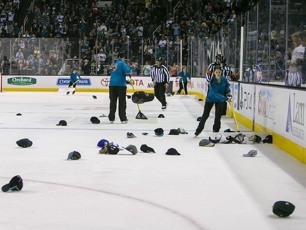 Havlátův hattrick spustil tradiční oslavu. Na led přilétly desítky čepic.