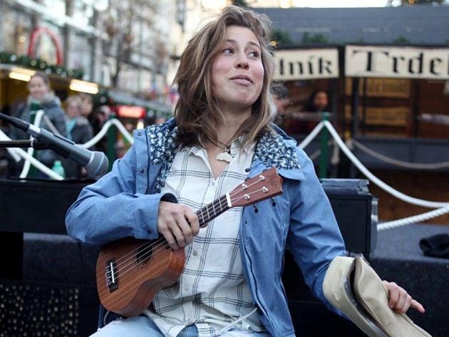 Snowboardistka Eva Samková splnila prohranou sázku a na Václavském náměstí v Praze zahrála na ukulele.