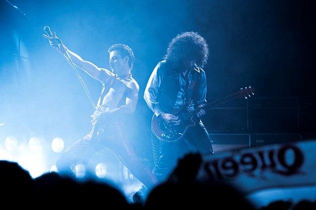 BOHEMIAN RHAPSODY. Snímek mapující život Freddieho Mercuryho začíná a končí triumfálním benefičním koncertem pro Afriku Live Aid. Vrátí se ale ina úplné začátky Queen.