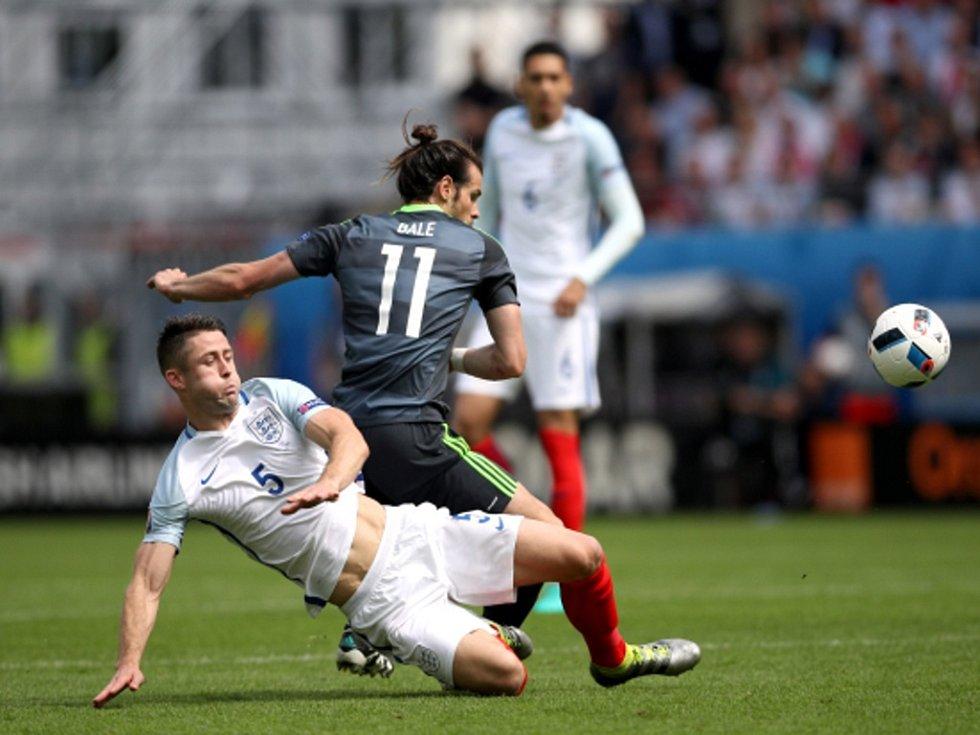 Gary Cahill z Anglie (vlevo) a Gareth Bale z Walesu.