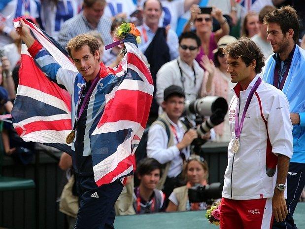 Andy Murray si vychutnává pocit vítězství, za ním zklamanější Roger Federer a Juan Del Potro.
